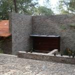 Fachada con muro de piedra del ingreso principal
