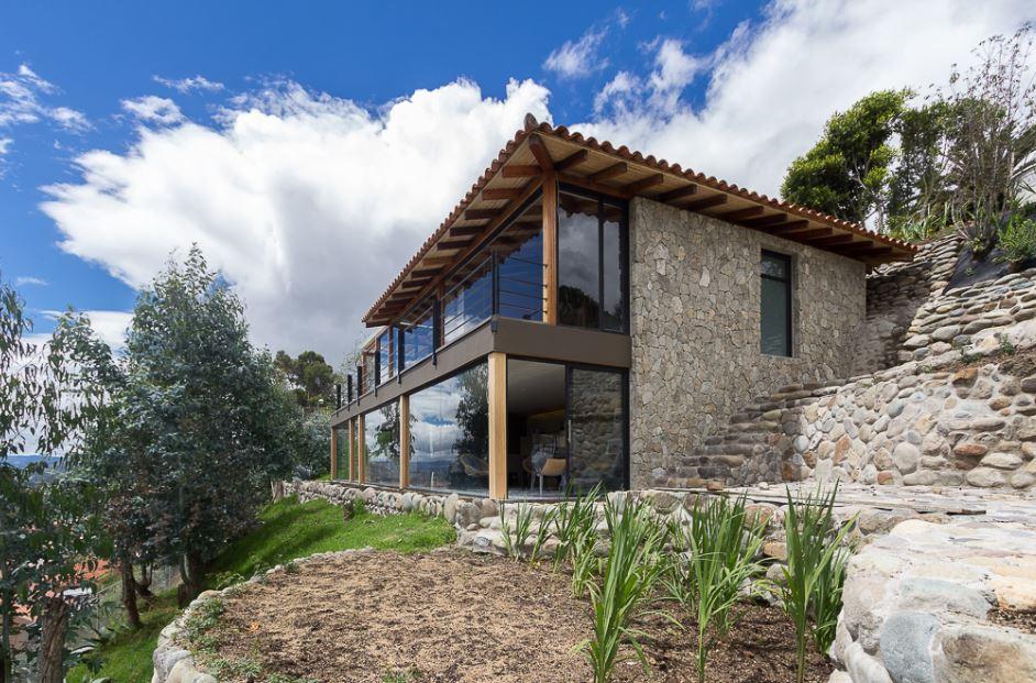 Dise o de moderna casa de campo presenta exteriores en - Casas en pendiente ...