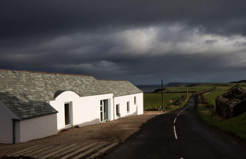 Fachada lateral de moderna casa
