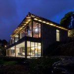 Hermosa casa de campo de noche