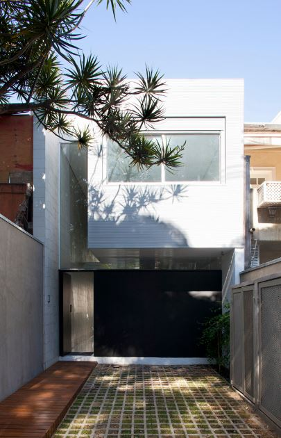 Dise o de casa de dos pisos construida en terreno largo y - Decoracion de cocheras modernas ...