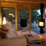 Hermosa sala con amplicaciones de madera