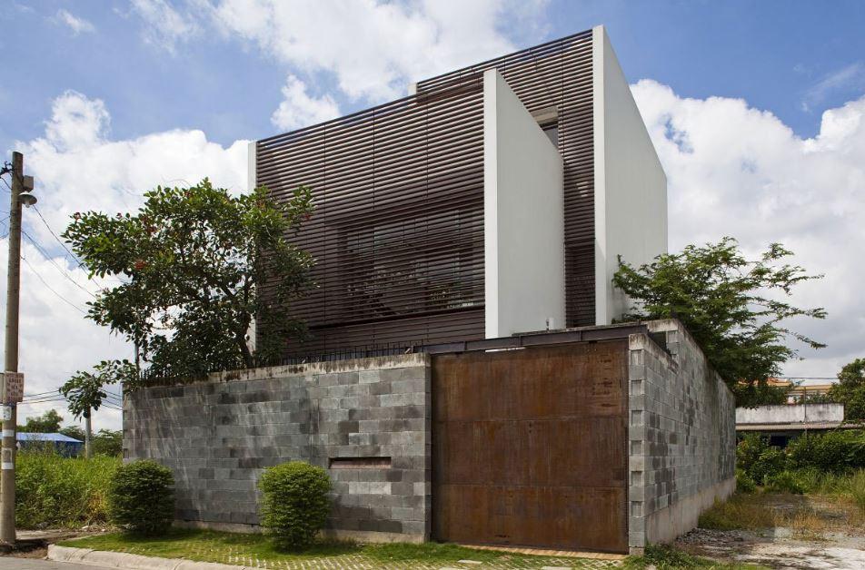 Moderna Casa De Ciudad De Tres Pisos Presenta Interesante Diseno De Fachada Con Celosias