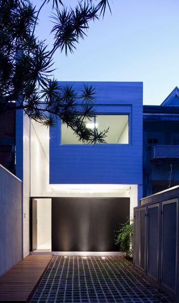 Dise o de casa de dos pisos construida en terreno largo y for Casas angostas y largas interior