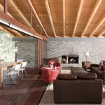 Moderno interior con estructura de madera