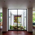 Modernos interiores con amplios jardines